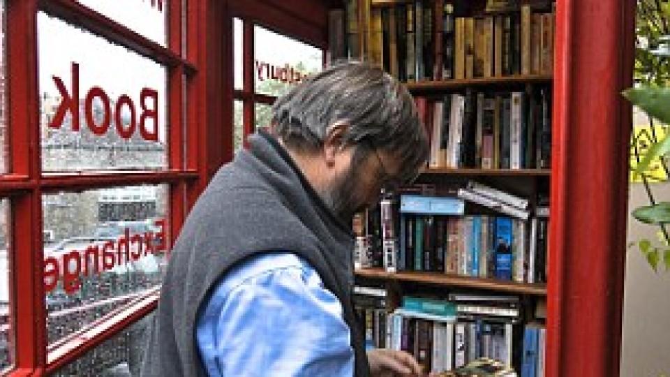 Cabine telefónica velha transforma-se numa biblioteca comunitária