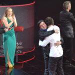 O pai de Denis correu ao palco para o felicitar