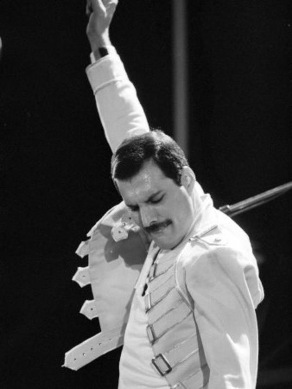 queen-rock-group-freddie-mercury-in-concert-at-st-james-park-in-newcastle-1986.jpg