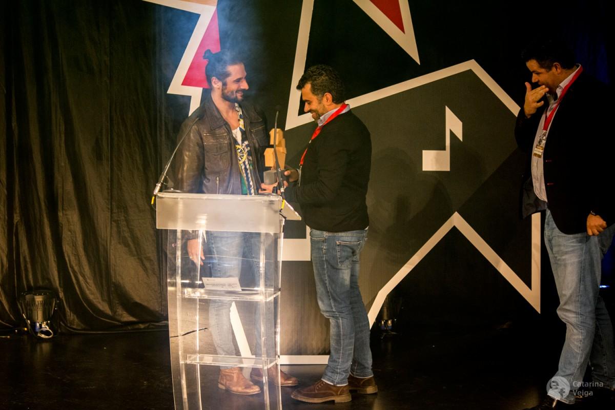 João Carvalho recebe o prémio das mãos de Hélio Morais, músico dos Linda Martini e PAUS.
