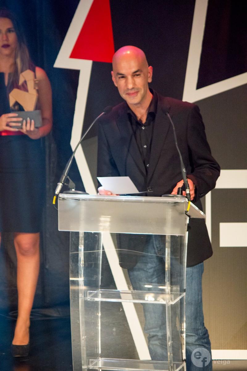 Pedro Esteves, jornalista do Observador e jurado, a revelar o vencedor de um prémio.