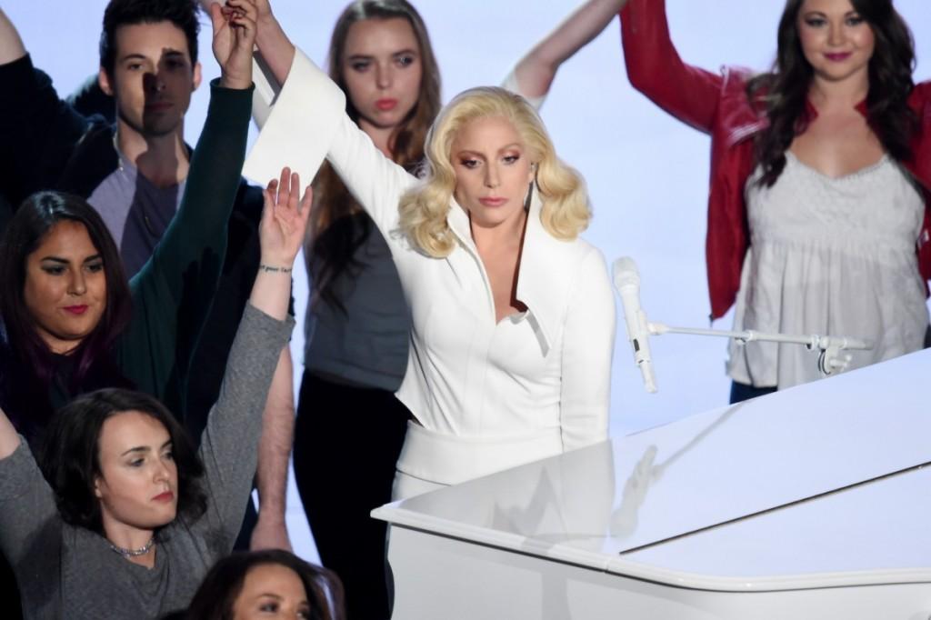 Lady Gaga durante a sua performance 'Till It Happens to You' (Foto: Divulgação)