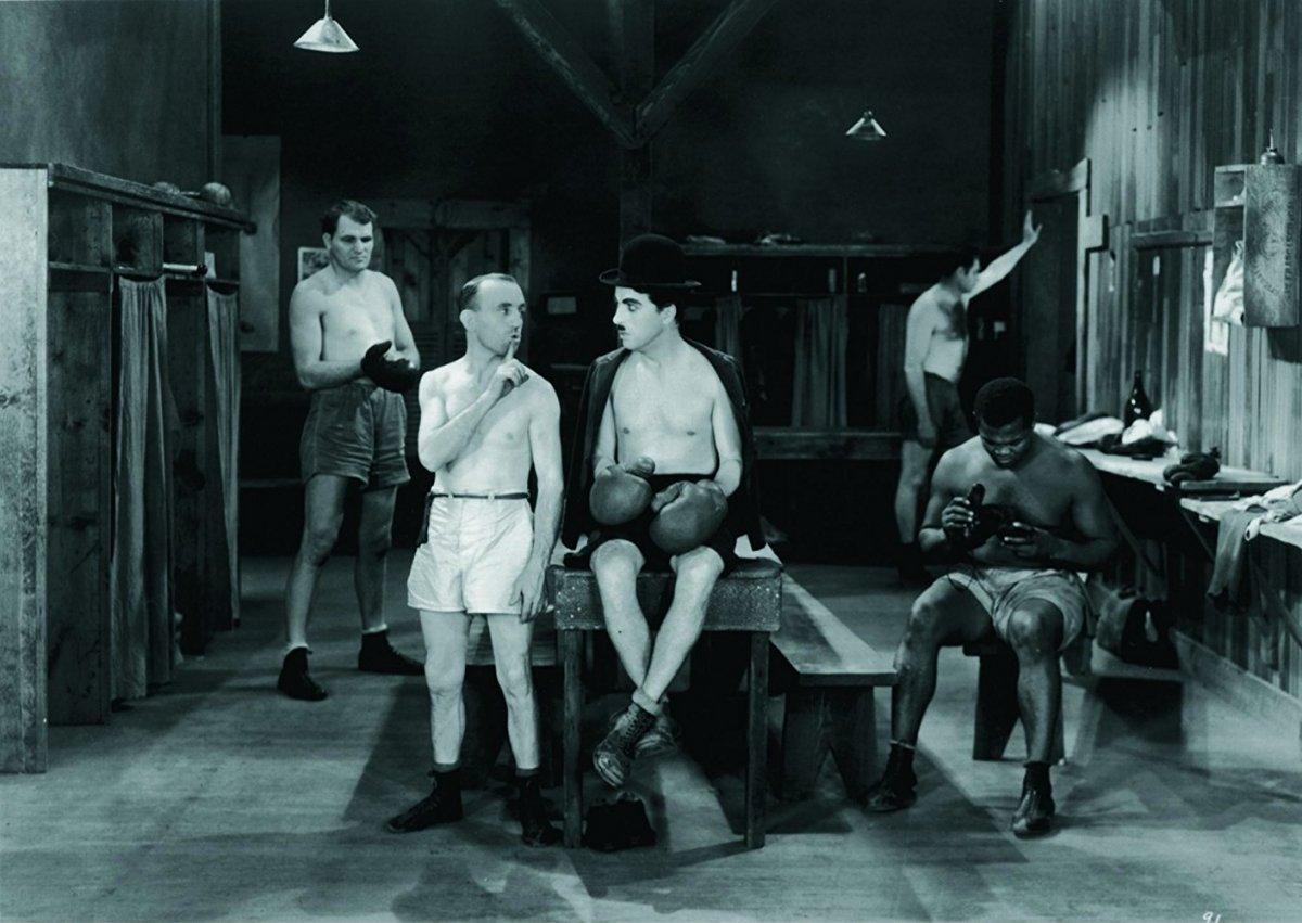 """Charlie Chaplin no seu típico papel de """"A Tramp"""" partilha o balneário com Tom Dempsey e Harry Myers"""