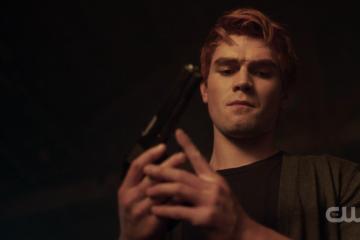 Archie Andrews com uma arma Riverdale