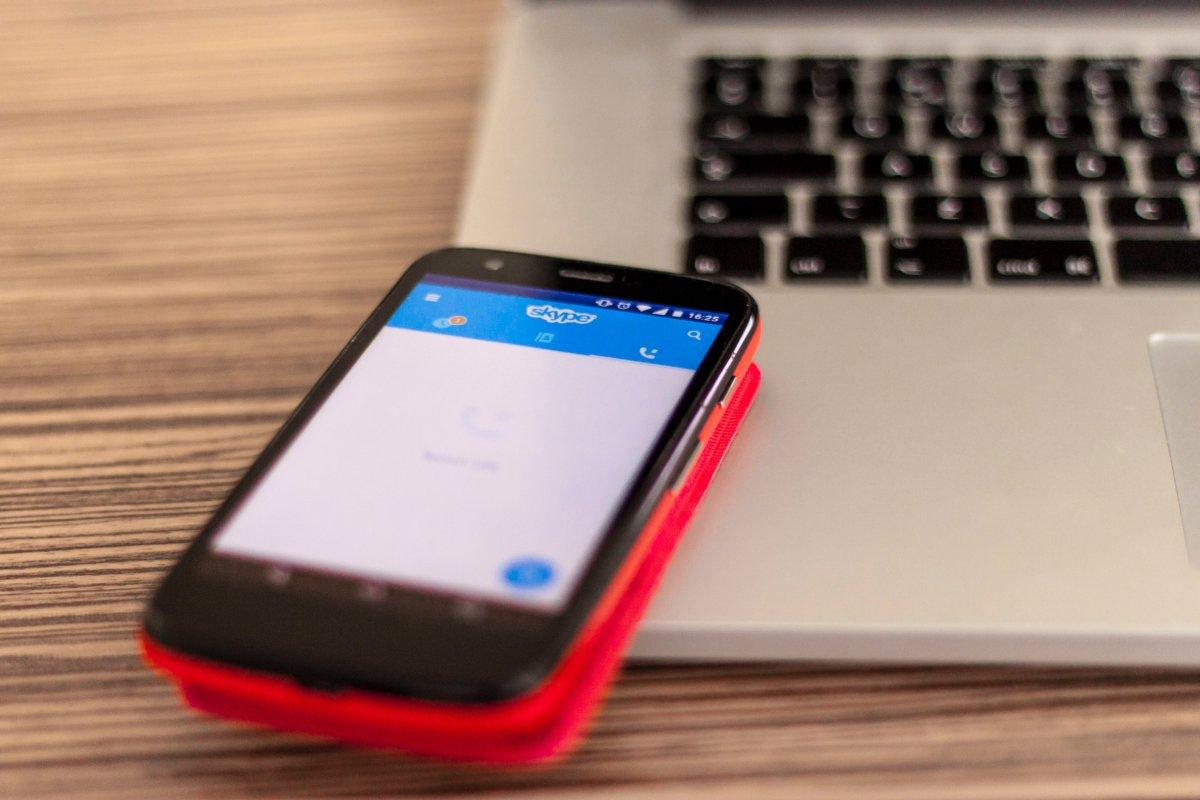 Skype num Motorola Moto G em cima de um MacBook Pro