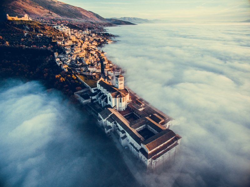 'Assisi Over the Clouds' de Francesco Cattuto - Urbano