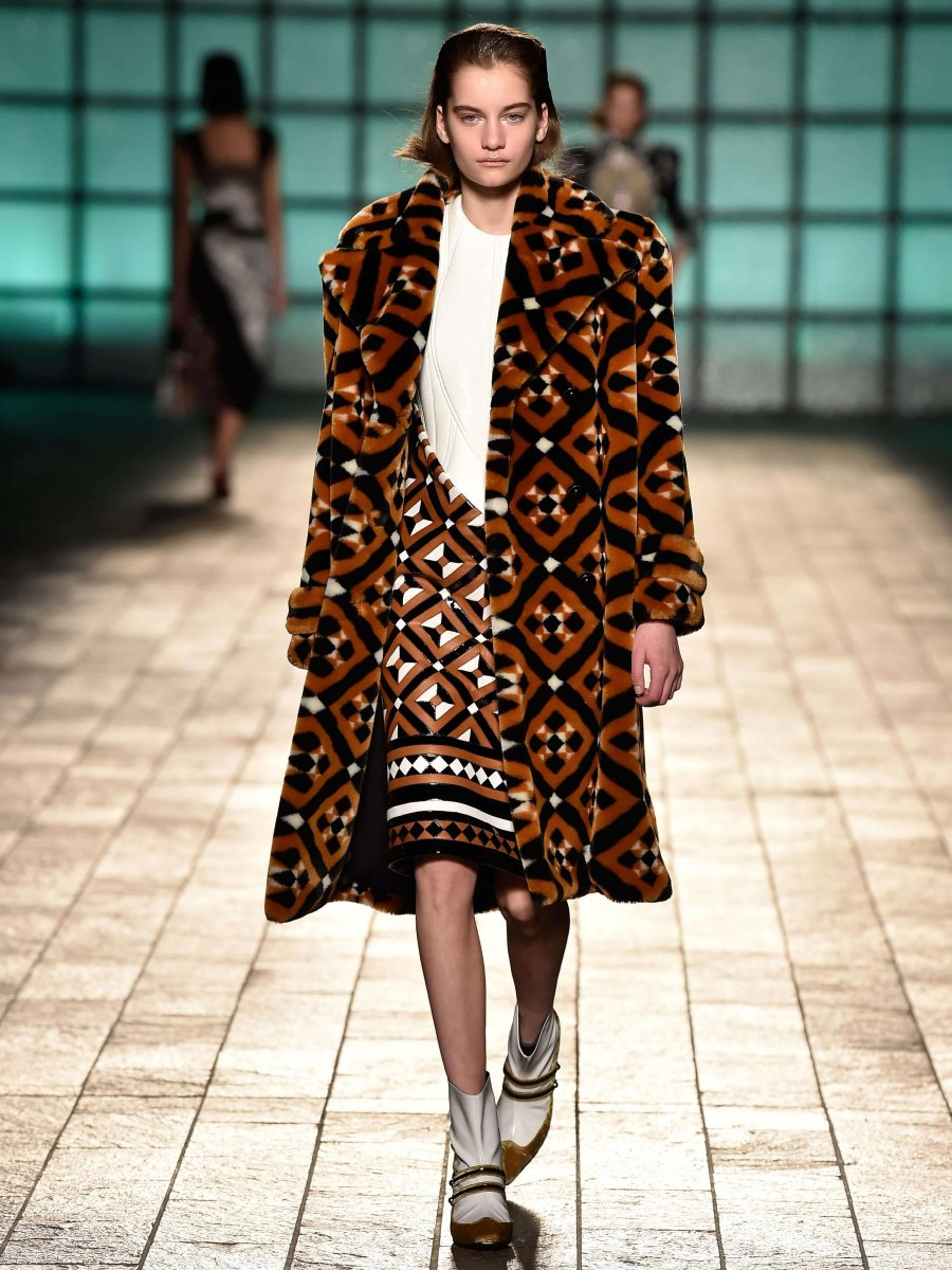 casaco faux fur london fashion week mary katrantzou