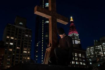 Daredevil no topo de uma igreja em Daredevil Temporada 3