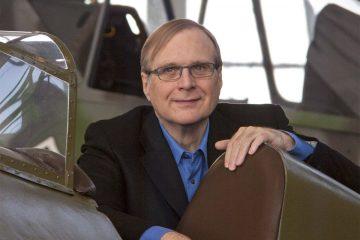 Paul Allen sentado no cockpit de um avião