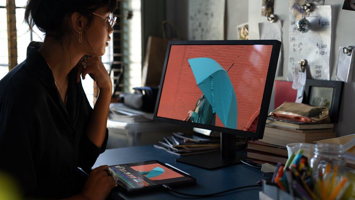 iPad Pro (2018) ligado a um monitor externo a usar iMovie
