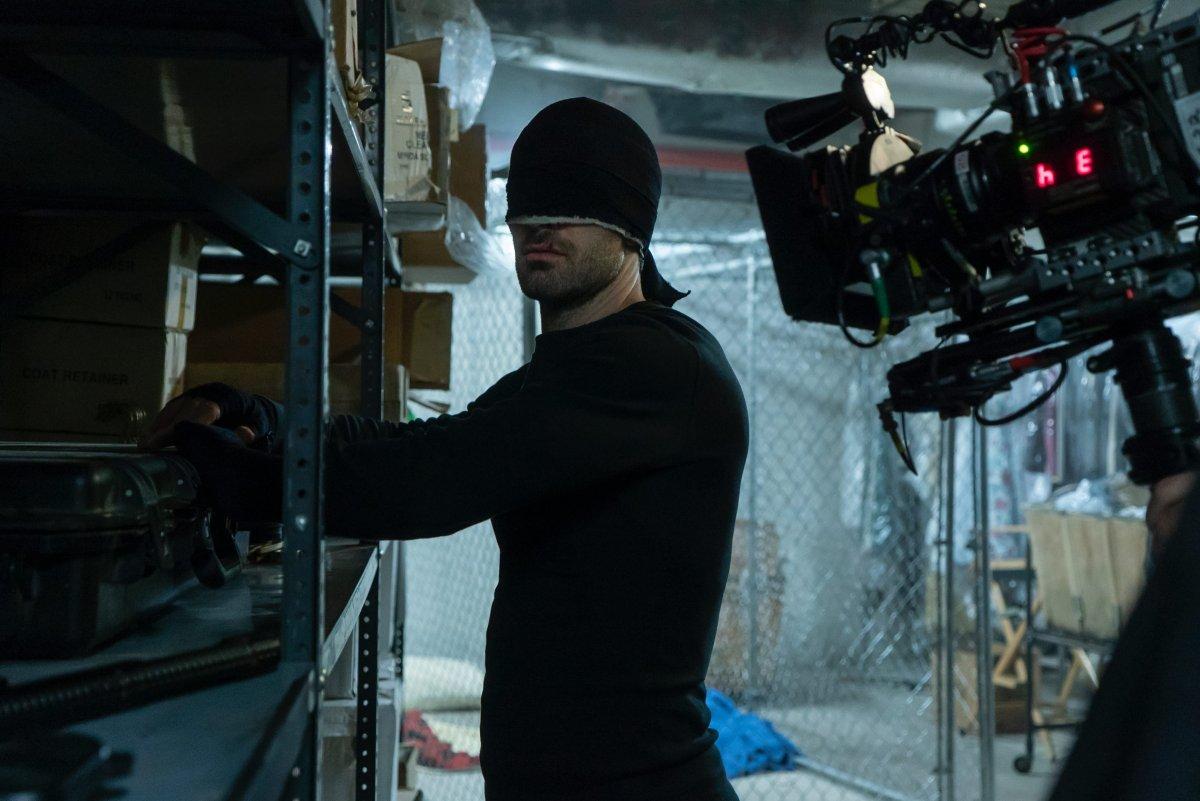 Daredevil no seu fato preto durante as filmagens da terceira temporada