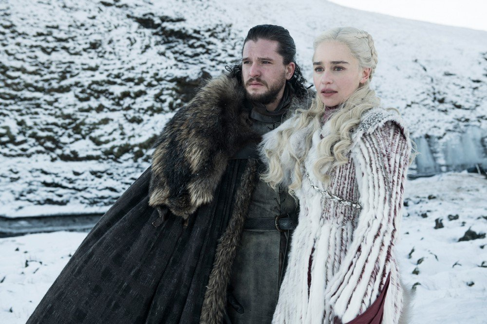 Jon Snow (Kit Harrington) e Daenerys (Emilia Clarke) algures no Norte Game of Thrones