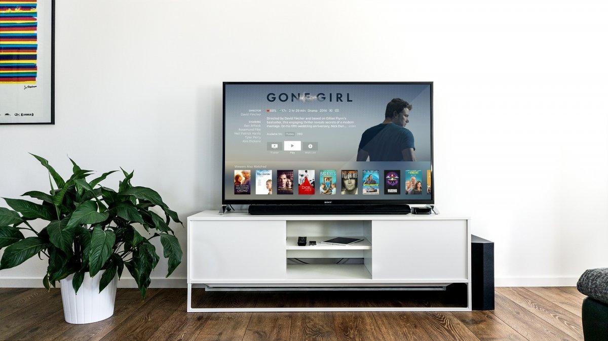 Televisão com a página de Gone Girl no iTunes Movies