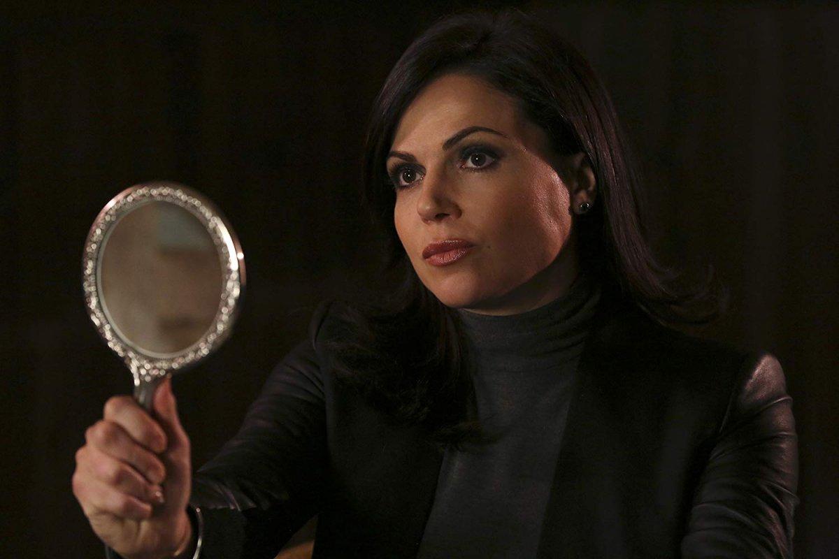 Reginal Mills segura num espelho