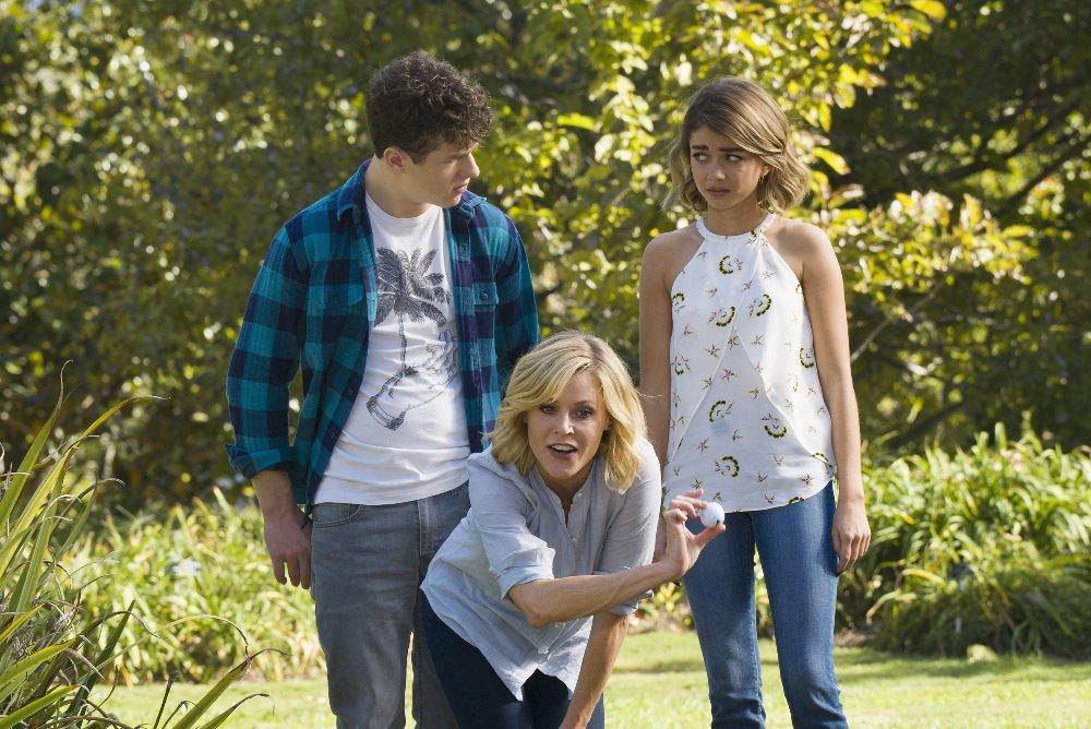 Luke (Nolan Gould), Claire Dunphy (Julie Bowen) e Haley (Sarah Hyland) em Modern Family