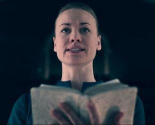 The Handmaid's Tale: Serena lê verso da Bíblia