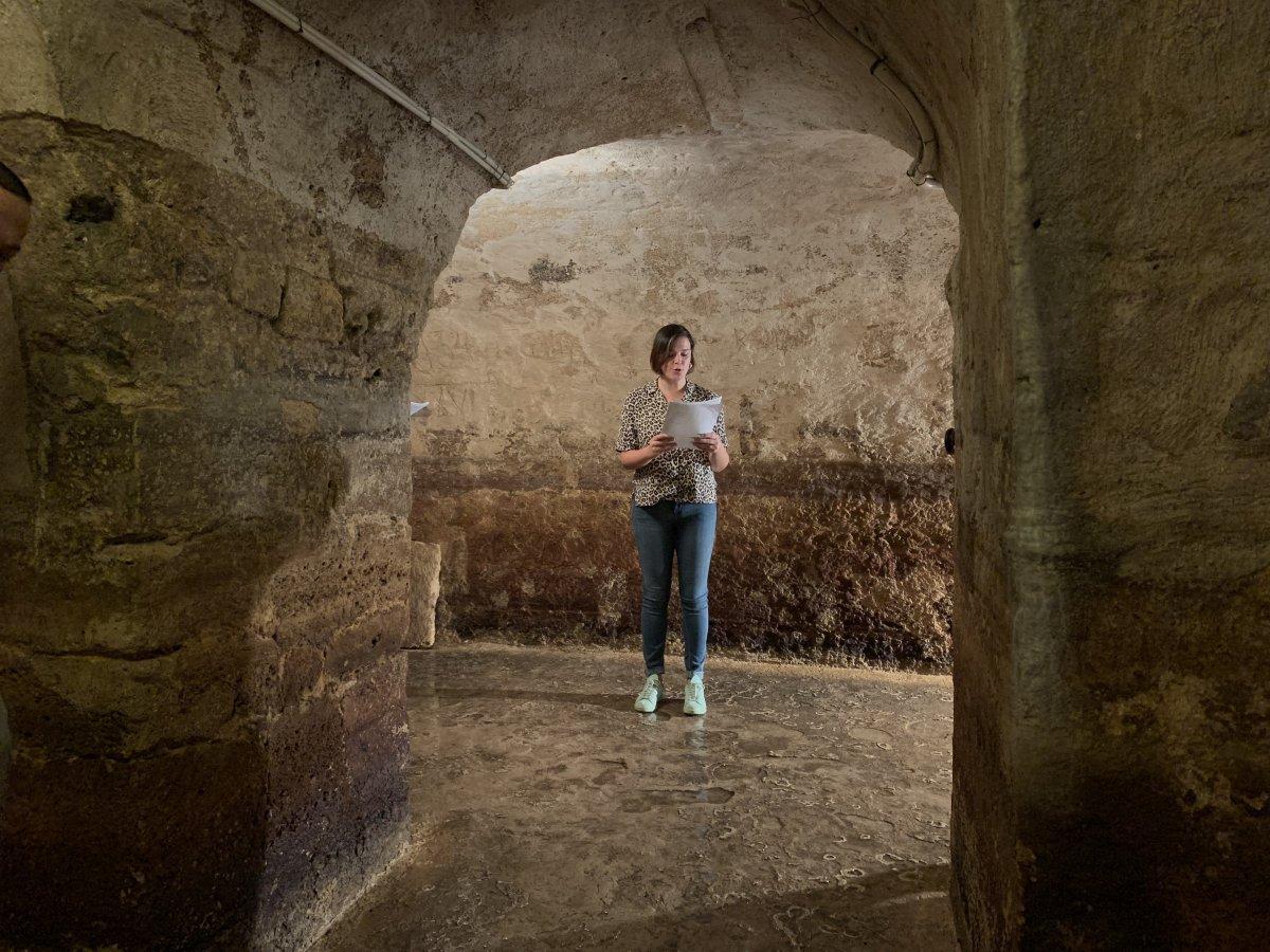 Atriz a ler texto de poesia nas Galerias Romanas