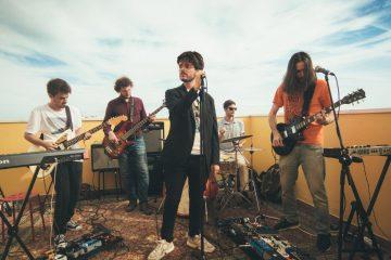 Dream People a tocar num terraço