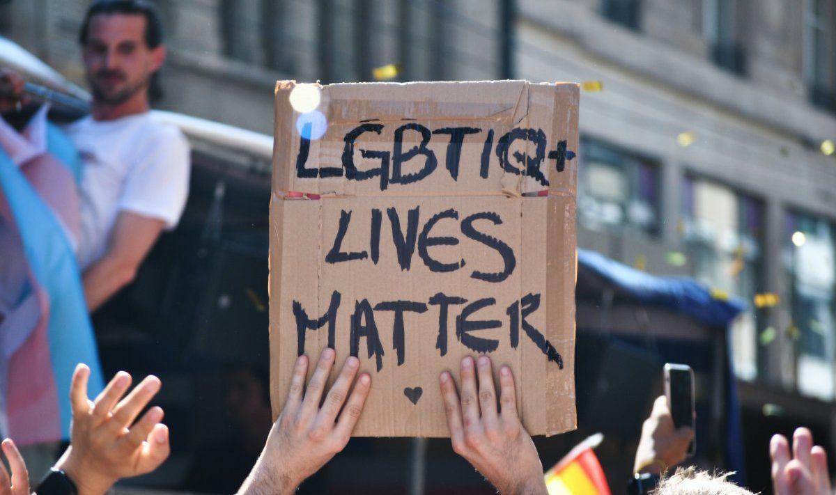 """Cartaz que lê """"LGBTQ+ Lives Matter"""""""