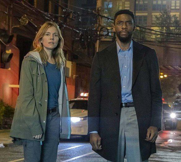Chadwick Boseman e Sienna Miller em 21 Pontes