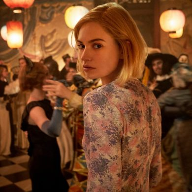 Lily James como Mrs. de Winter em Rebecca