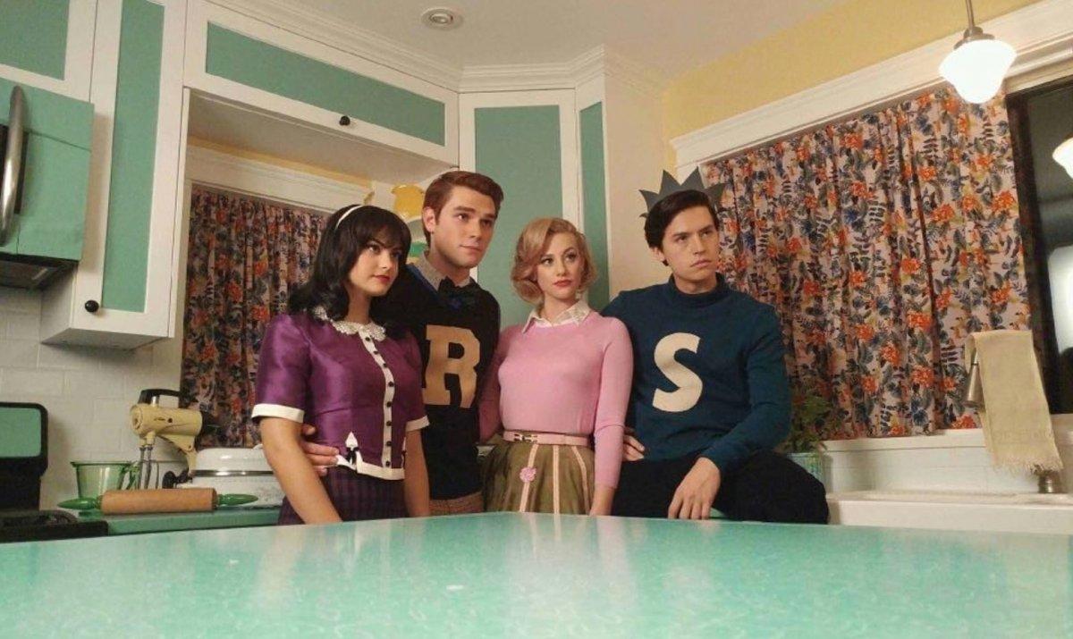Camila Mendes, Lili Reinhart, Cole Sprouse e KJ Apa como Veronica Lodge, Betty Cooper, Jughead Jones e Archie Andrews em Riverdale