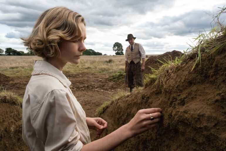 Carey Mulligan e Ralph Fiennes em A Grande Escavação
