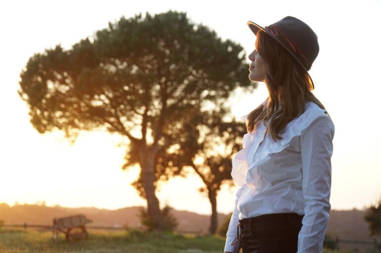 Andreia Rodrigues é a anfitriã de Quem Quer Namorar com o Agricultor, aqui numa imagem ao pôr do sol, no campo