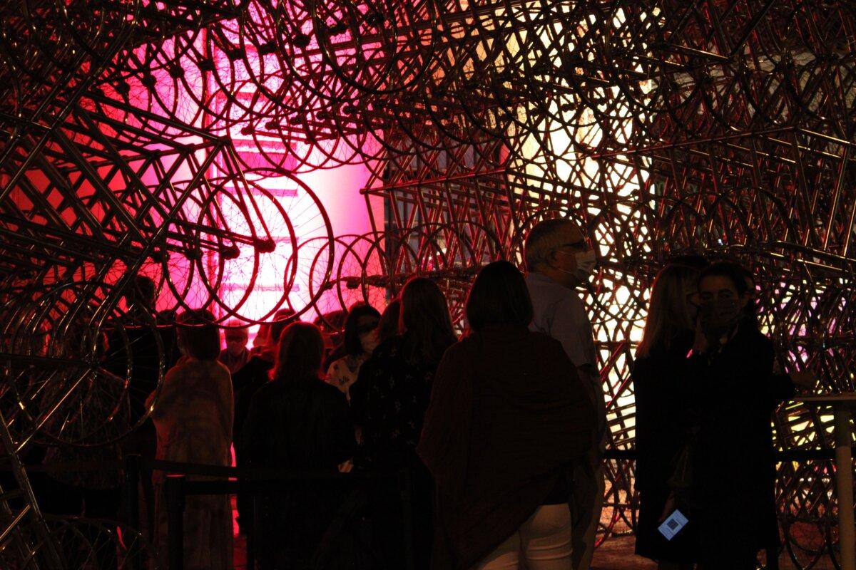 Os convidados faziam fila para entrar na Cordoaria Nacional, onde mora atualmente a exposição de Ai Weiwei. Fotografia: Luzia Lambuça